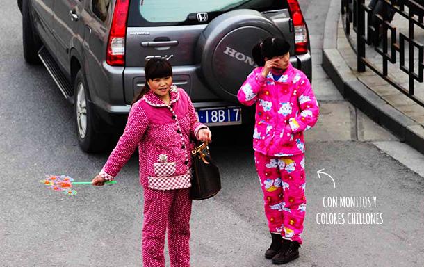 1dbb4299d Hoy les vengo a contar acerca de la extraña costumbre de la gente china de  salir a la calle en pijama… ¡y con pantuflas! A mis compañeros y a mi  siempre nos ...